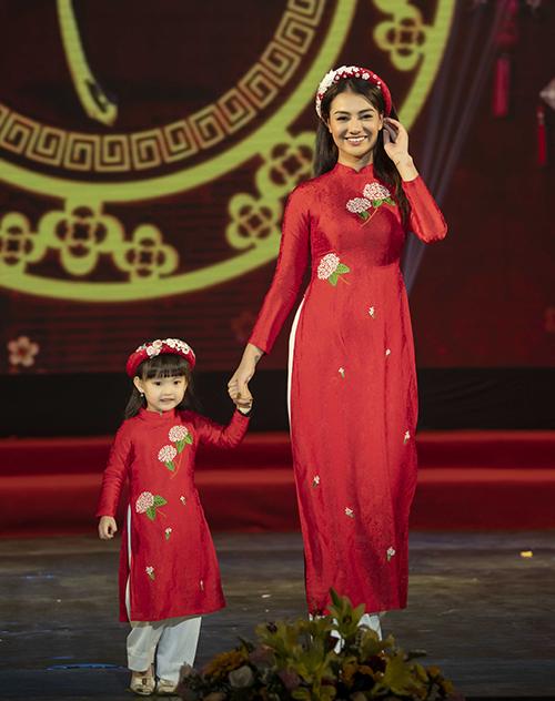 Con gái Hồng Quế được theo mẹ đi diễn từ bé nên rất tự tin.