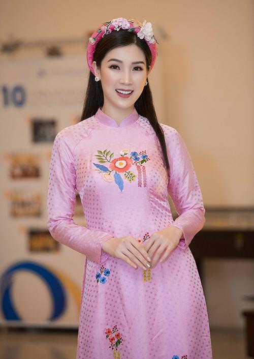 Hoa hậu Áo dài Phí Thùy Linh là người bạn thân thiết của Ngọc Hân nênrất vui vẻ góp mặt.