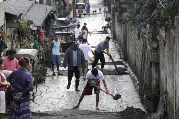 <p> Người dân dọn dẹp tro bụi núi lửa tại Tagaytay, tỉnh Cavite. Ảnh: <em>AP.</em></p>