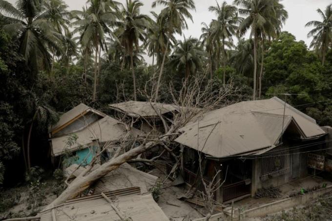 """<p> Taal - một trong những ngọn núi lửa hoạt động mạnh nhất ở Philippines - sau """"40 năm ngủ say"""" bất ngờ phun cột khói bụi khổng lồ. Núi lửa nằm cách thủ đô Manila khoảng 70km về phía nam bắt đầu phun nham thạch đỏ vào khoảng 2h49 đến 4h30 sáng. Tro bụi bị thổi bay hơn 100km về phía bắc, xâm lấn thủ đô Manila, khiến hai tỉnh Batangas và Cavite ngập trong bụi. Ảnh: <em>Reuters.</em></p>"""