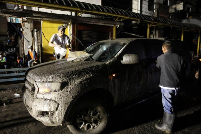<p> Chiếc xe hơi phủ kín bụi tại Talisay, tỉnh Batangas. Ảnh: <em>EPA.</em></p>