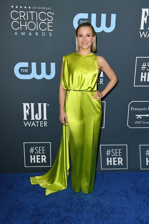 Kristen Bell chọn bộ jumpsuit gam màu xanh neon nổi bật của NTK Công Trí. Mẫu trang phục nằm trong bộ sưu tập xuân/hè 2020 - Đi nhặt hạt sương nghiêng.