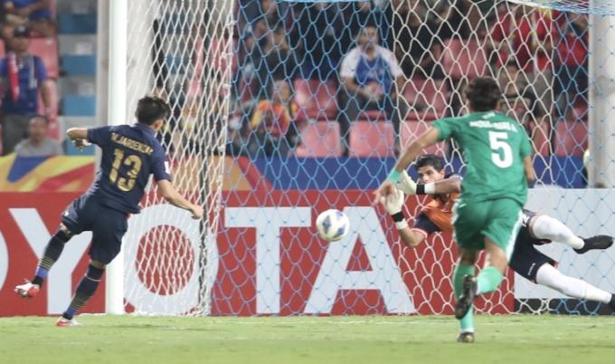 <p> Ở phút thứ 6, Thái Lan đã có bàn thắng mở tỷ số trên chấm 11m. Trọng tài thổi phạt cầu thủ Irap lỗi chạm bóng bằng tay. Jaroensak sút chìm vào góc trái, tung lưới Iraq. Đây là bàn thứ ba từ đầu giải của tiền vệ số 13.</p>