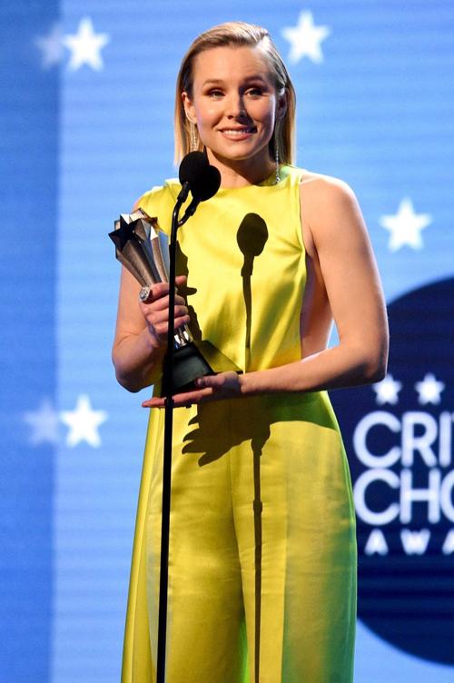 Kristen Bell nhận giải thưởng #SeeHer cao quý của lễ trao gảii Critics Choice Awards. Giải thưởng tôn vinh những người phụ nữ dám phá vỡ mọi giới hạn, vượt khỏi những định kiến về giới trong lĩnh vực giải trí.