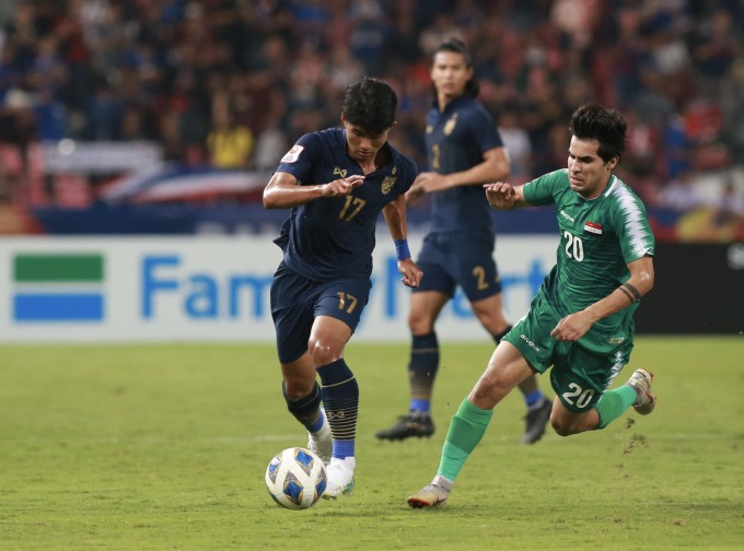 <p> Sang hiệp hai, hai đội tiếp tục đua nhau về tốc độ. Phút thứ 49, Mohammed Mezher đột phá qua hai hậu vệ Thái Lan, trước khi căng sệt vào cấm địa Thái Lan. Sau khi đồng đội khống chế trượt, Nassif đỡ ngực rồi sút cận thành, san bằng tỷ số 1-1.</p>