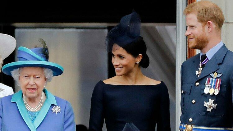Nữ hoàng Anh Elizabeth và vợ chồng Harry - Meghan tại một sự kiện ở Điện Buckingham tháng 7/2018. Ảnh: AFP.