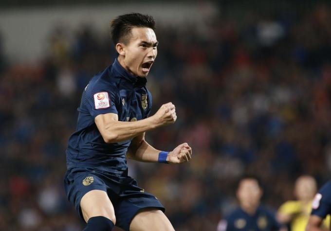 <p> Jaroensak ăn mừng mở tỷ số cho Thái Lan trên sân nhà. Tỷ số 1-0 được giữ nguyên đến hết hiệp 1.</p>