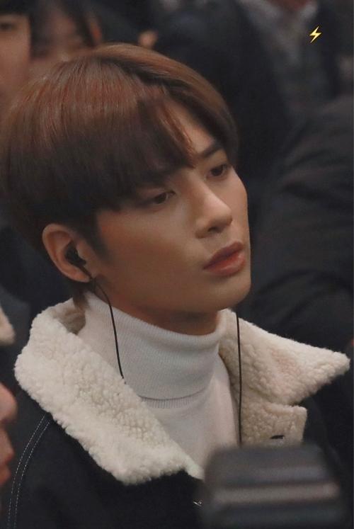 Tae Hyun có biểu cảm bơ phờ, thiếu ngủ khi xuất hiện ở sân bay.