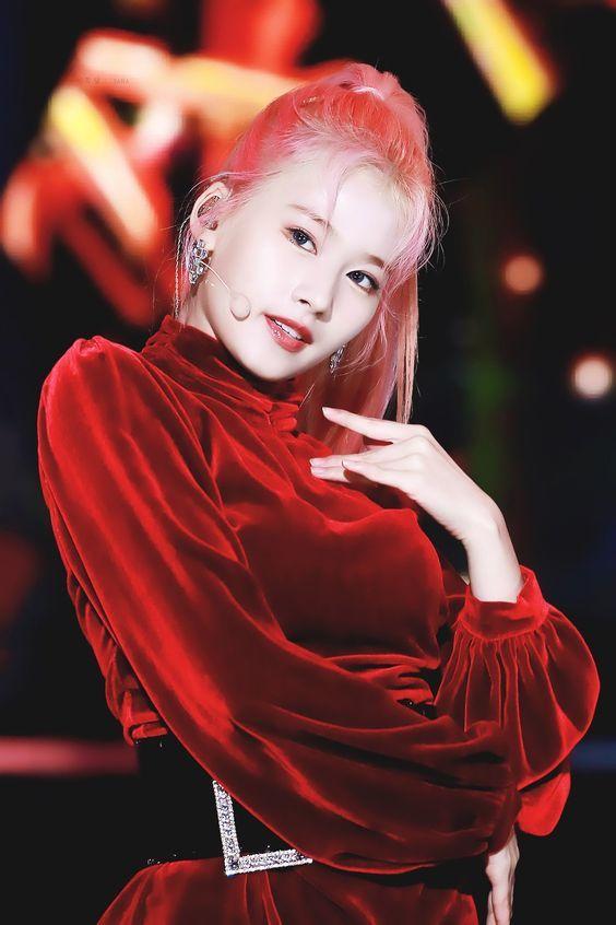<p> Với tóc buộc trên đỉnh đầu, Sana (Twice) khoe vầng trán cao cùng thần thái đậm chất girl crush.</p>