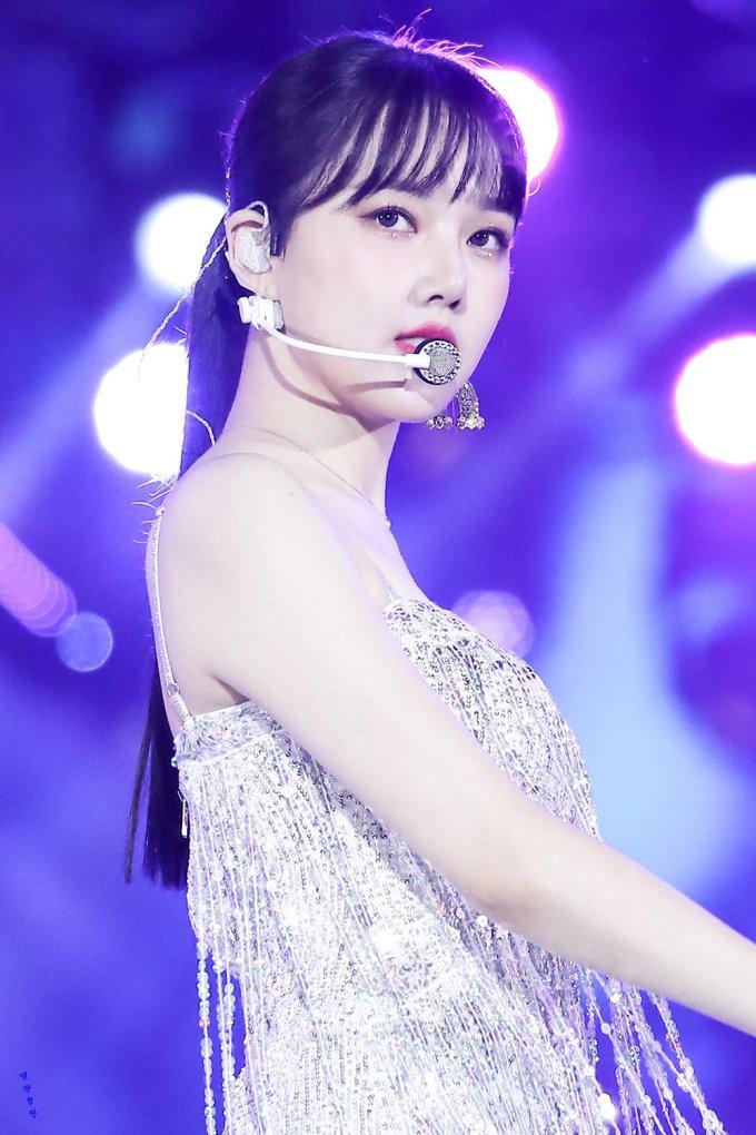 <p> Ye Rin (GFriend) luôn xuất hiện đáng yêu, ngọt ngào. Với kiểu tóc buộc gọn gàng, cô nàng mang đến hình ảnh mới đầy cá tính.</p>