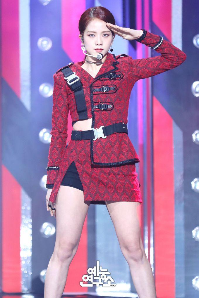 """<p> Chị cả Ji Soo của Black Pink nổi tiếng với khí chất thanh lịch, nhẹ nhàng nhưng chỉ cần thay đổi kiểu tóc, cô nàng chứng minh visual """"cân"""" mọi concept.</p>"""