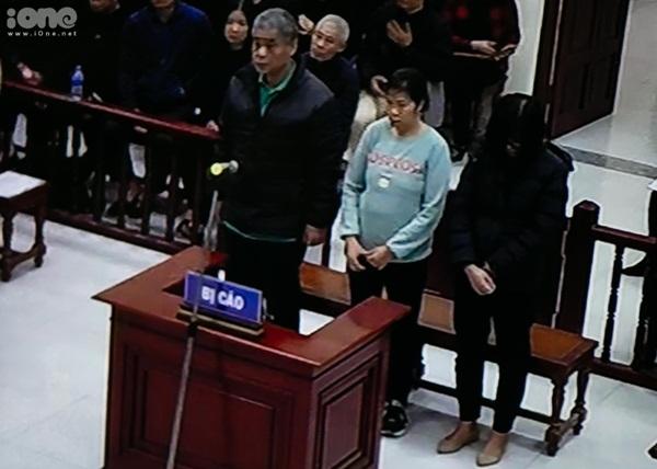 Ba bị cáo đứng trước tòa. Ảnh: Đình Tùng.