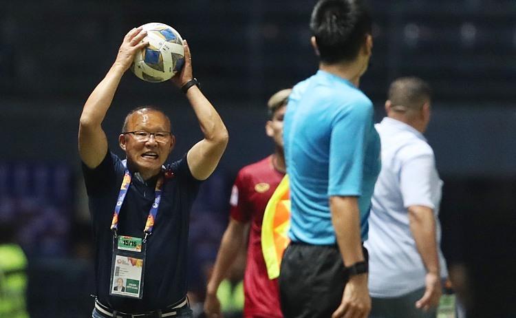 Ông Park liên tục thể hiện sự sốt ruột khi học trò thi đấu. Ảnh: Đức Đồng.