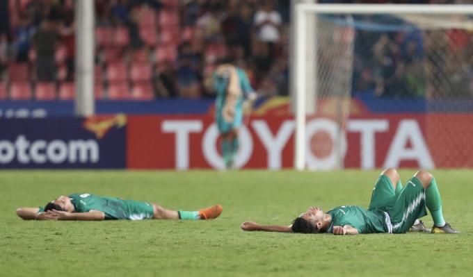 <p> Trái ngược với cảm xúc sung sướng của các cầu thủ Thái Lan, các chân sút Irap nằm bẹp xuống sân vì bị loại khỏi cuộc chơi.</p>