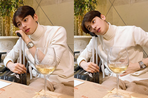 Ngồi chờ máy bay quá chán, trai đẹp Cha Eun Woo bày trò giết thời gian.