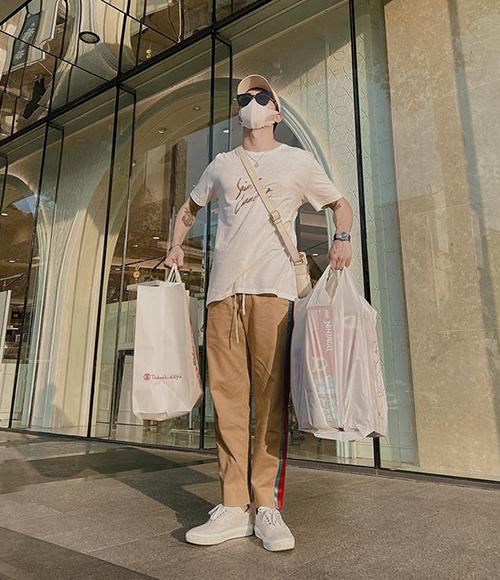 Soobin Hoàng Sơn đi mua sắm chuẩn bị đón năm mới. Anh chàng hóm hỉnh: Đang yên đang lành tự dưng Tết.