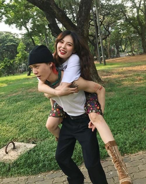 Hyuna cười hớn hở khi được bạn trai Dawn cõng.