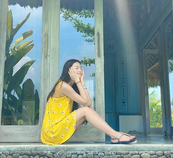 Seol Hyun diện váy hai dây mát mẻ tạo dáng cute ở Bali.