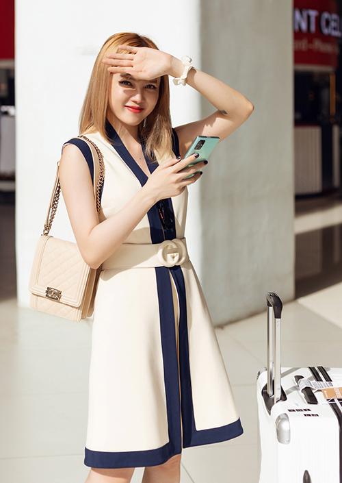 Ở sân bay, Thiều Bảo Trâm diện cả cây đồ hàng hiệu. Nữ ca sĩ khoe làn da trắng với trang phục mới của Gucci.