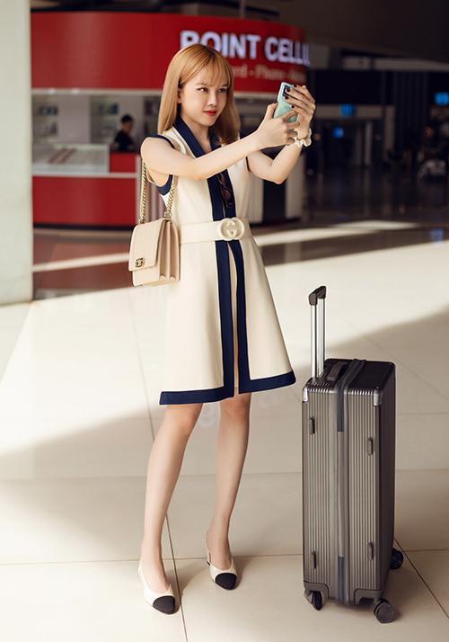 Người đẹp kết hợp cùng túi xách phom đứng và giày cap toe đình đám của Chanel. Trang phục tiêu tốn của giọng ca 25 tuổi gần 200 triệu đồng.