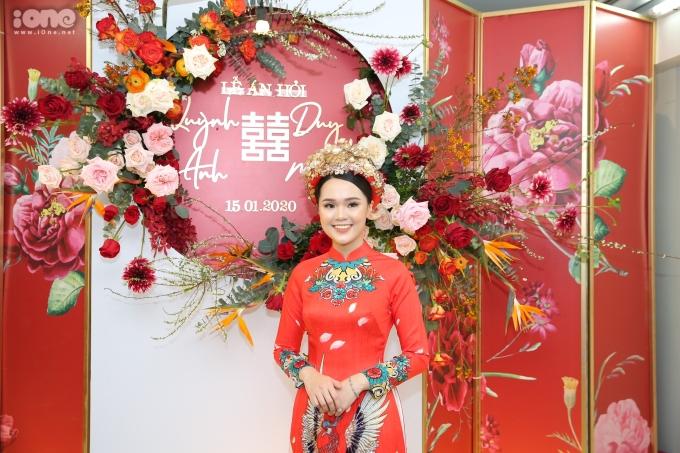 <p> Sáng 15/1, lễ ăn hỏi của Quỳnh Anh - Duy Mạnh diễn ra tại nhà riêng của cô dâu tại Hà Nội. Quỳnh Anh mặc áo dài đỏ, đầu đội mấn đính kết cầu kỳ, trang điểm nhẹ nhàng.</p>