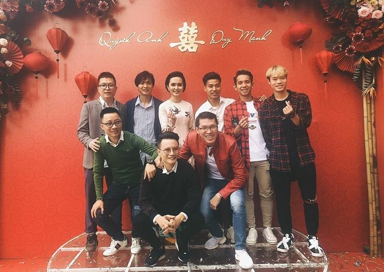 Các cầu thủ và ca sĩ Hoàng Bách (hàng trước, ở giữa) chụp ảnh tại nhà gái.