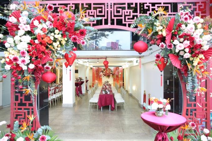 <p> Bên cạnh tiệc ngồi bên trong, Duy Mạnh - Quỳnh Anh còn chuẩn bị không gian tiệc đứng bên ngoài cho khách mời.</p>