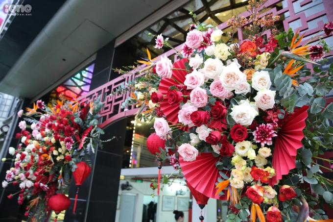 <p> Cổng vào được trang trí toàn bộ bằng hoa tươi.</p>