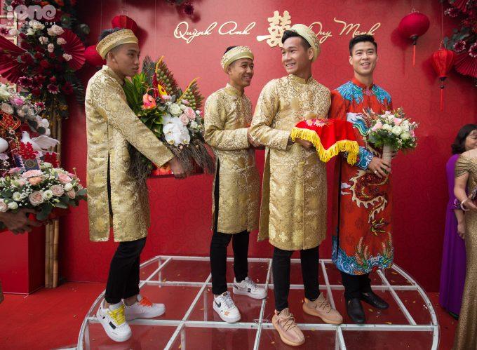 <p> Sáng 15/1, đám hỏi của Duy Mạnh - Quỳnh Anh diễn ra tại tư gia cô dâu ở Hà Nội. Bên cạnh sự tỏa sáng của chú rể Duy Mạnh, dàn phù rể cũng gây chú ý khi có sự góp mặt của toàn trai đẹp.</p>