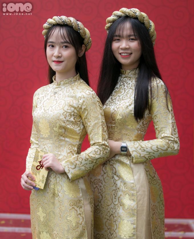 <p> Mai Anh (trái - 18 tuổi, sinh viên CĐ FPT) cho biết cô được chị gái của Quỳnh Anh - Huyền My - nhờ bê tráp. Cô rất vui khi được góp mặt trong đám hỏi của cầu thủ Duy Mạnh.</p>