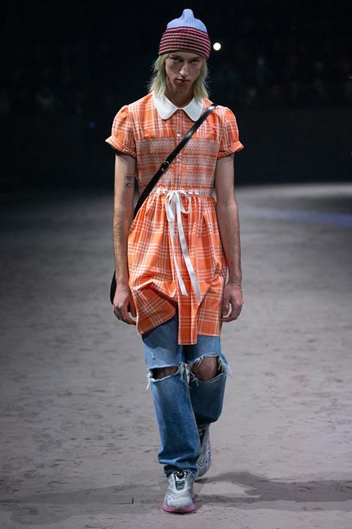 Trái với kỳ vọng của giới mộ điệu, BST mới của Gucci ra mắt tối 14/1 tiếp tục dấy lên tranh cãi. Trên sàn diễn, các mẫu nam xuất hiện trong những bộ trang phục nữ tính, kiểu dáng quê kiểng.
