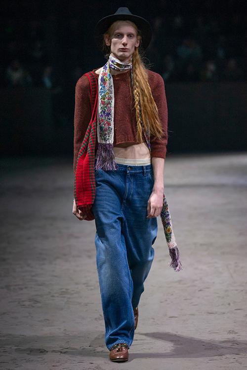 Gucci còn giới thiệu những mẫu croptop, quần cạp trễ, áo peplum... nữ tính không kém cho các chàng.