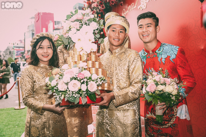 <p> Trong số 11 phù rể có sự xuất hiện của Trần Thanh Bình (giữa) - em trai trung vệ Trần Đình Trọng. <em>Ảnh: Đương Phạm</em></p>