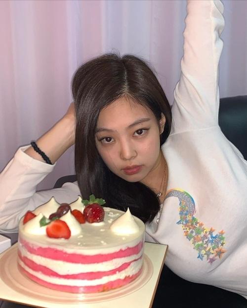 Jennie đón sinh nhật sớm, nhận được chiếc bánh ngọt ngào từ các thành viên Black Pink.