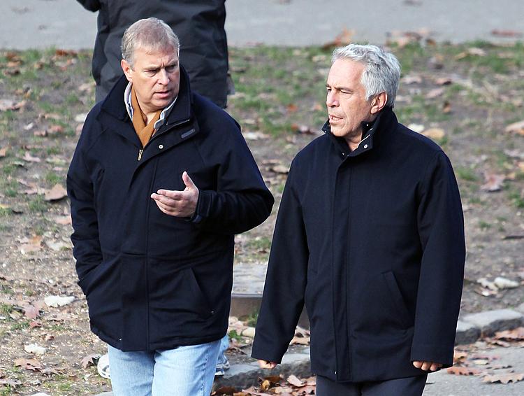 Hoàng tử Andrew (trái) bị chỉ trích vì giao du với tỷ phú ấu dâm Jeffrey Epstein. Ảnh: BBC.