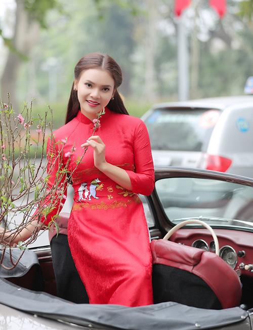 Em ra phố ngày Xuân, một sáng tác mới của chính cô mừng Tết Nguyên đán.