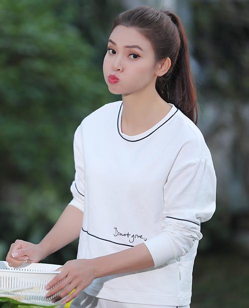 MV Em ra phố ngày Xuân đã được đạo diễn Dương Lan Hương chắp cánh để chuyển tải khá đầy đủ, trọn vẹn không khí, sắc hương, mùi vị, tình yêu... tràn ngập sắc Xuân