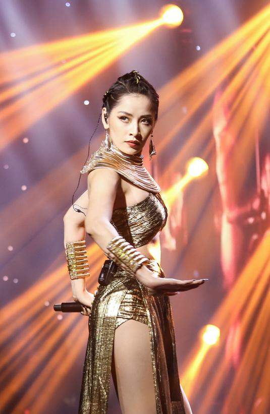 """<p> Chi Pu mang đến sân khấu Ngôi sao của năm 2019 bản mashup liên khúc """"Anh ơi ở lại"""", """"Talk to me"""", """"Từ hôm nay"""", """"Đóa hoa hồng"""".</p>"""