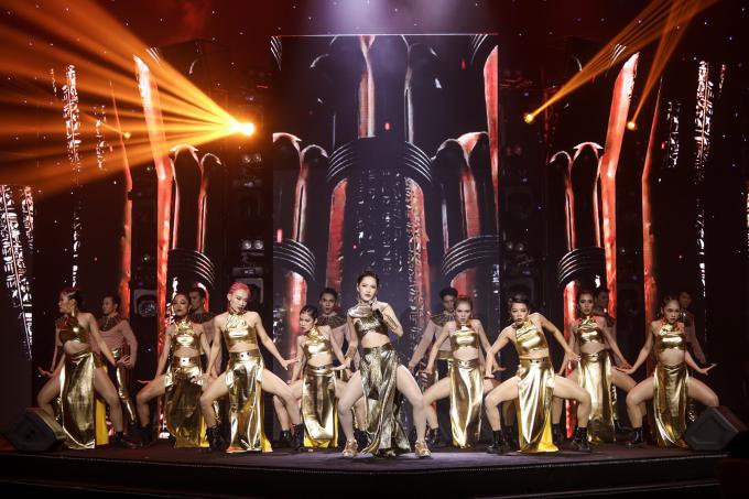 <p> Nữ ca sĩ kéo dàn vũ công lớn lên sân khấu, mang đến bầu không khí sôi động.</p>