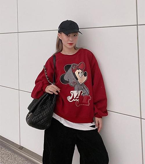 Hot girl Sun Ht mix áo nỉ hình chuột đầy phong cách.