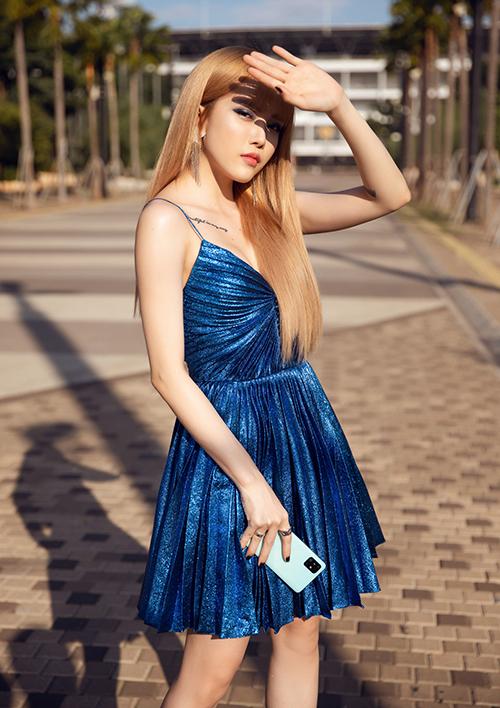 Mái tóc vàng làm tôn lên nhan sắc của giọng ca 25 tuổi.