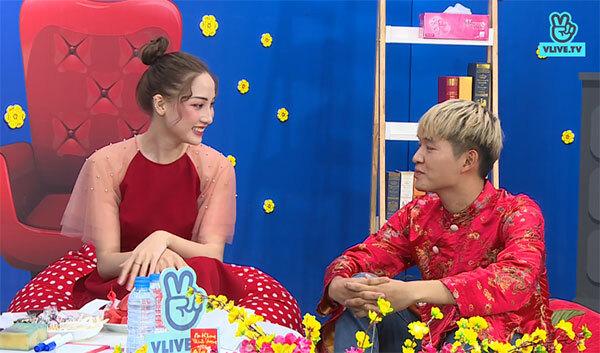 Còn Woosi và Trang Ming cho biết họ thích mặc trang phục màu đỏ vào những ngày Tết. Trang Ming sẽ nấu cỗ cùng mẹ vào ngày mùng một. Woosi lại theo truyền thống của người Hàn Quốc, không ăn đào vào những ngày đầu năm.