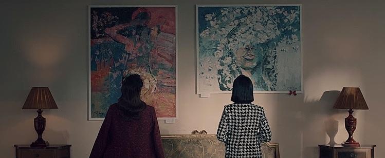 Theo nhà phát hành, việc sắp đặt hai bức tranh trên tường cũng có ý đồ. Một bên là hình cô gái quay lưng quyến rũ đại diện cho Lisa. Một bên là cô gái đang bị che mắt đại diện cho Trang.