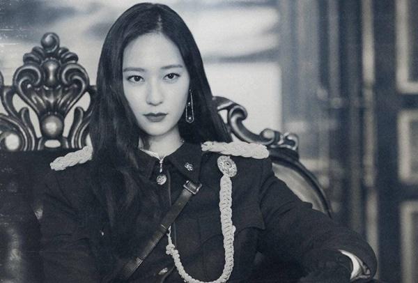 Fan ghép ảnh Krystal vào trang phục quân nhân.