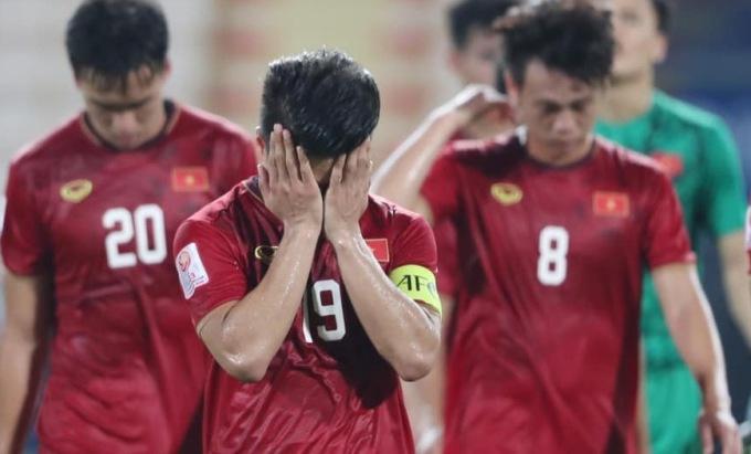<p> Đội trưởng Quang Hải cũng không giấu được nỗi buồn khi ôm mặt rời sân cỏ.</p>