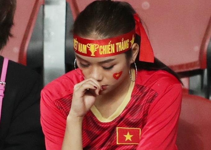 <p> Trên khán đài, các CĐV cũng không giấu được nỗi buồn, chưa muốn tin rằng U23 Việt Nam đã bị loại khỏi giải đấu.</p>