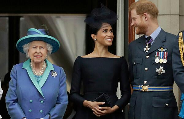 Nữ hoàng Elizabeth và Công tước và Nữ công tước xứ Sussex trong một sự kiện hồi tháng 7/2018. Ảnh: AP.