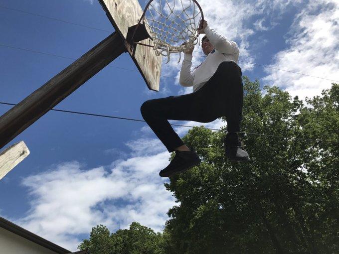 <p> Bật nhảy lên cột bóng rổ? - Anh chàng này khiến nhiều người trầm trồ. Từ góc độ này có thể thấy, cột bóng rổ phải cao đến 2 mét.</p>