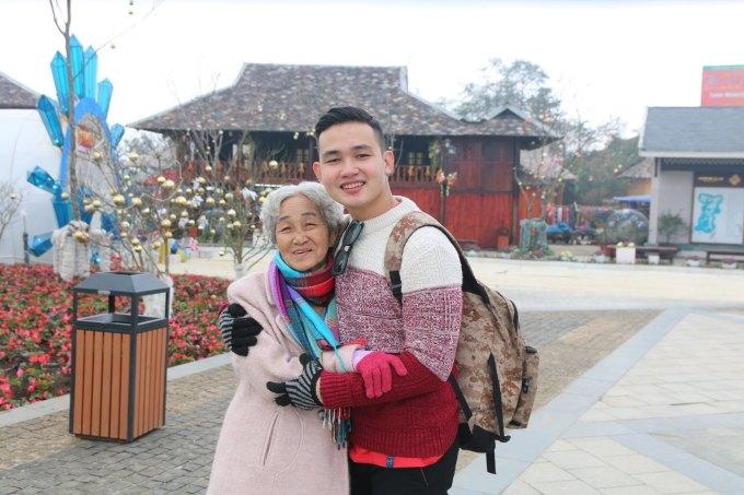 """<p> Bà Nghĩa kể: """"Vài năm trước, tôi từng đi núi Bà Đen (Tây Ninh), nhưng chúng không cao và kỳ vĩ như Sapa. Lúc hai cháu rủ, tôi cũng chần chừ nhưng nghĩ giờ mình đã hơn 80 tuổi, nếu không đi chẳng biết còn cơ hội nữa không. Vậy là chúng tôi lên đường"""".</p>"""