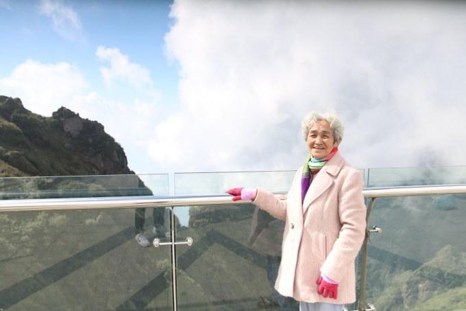 """<p> Nhớ về chuyến leo bộ 600 bậc, bà Nghĩa nói: """"Lúc đi tôi nghĩ leo được đến đâu thì đến, không đặt quyết tâm. Tuổi mình cũng cao, sức khỏe không còn dẻo dai như trước nhưng vừa đi vừa cố gắng. Lúc đặt chân lên tới đỉnh núi tôi hạnh phúc lắm. Trước giờ chưa bao giờ được ra miền Bắc"""".</p>"""
